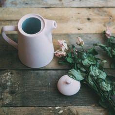 La cafetera de @alllovelyparty nos ha robado el corazón, y con estas flores... ¡Gracias por hacer fotos así de bonitas! #autenticopaintspain #autenticochalkpaint #chalkpaintes #autenticospain #autenticopaint #laliwhite #laiablanco