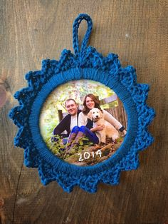 Handcrafted Vintage: 12 Crafts of Christmas || Picture Frame Ornament - Free crochet pattern.