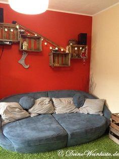 Regal Aus Weinkisten (mit Anti Holzwurm Wärmebehandlung) An Roter Wand Im  Wohnzimmer