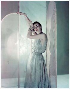 Dorian Leigh, photo by Cecil Beaton, Vogue 1950