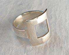 Este anillo se hizo con plata de ley y fimo, creando la ilusión de hormigón. Dentro de la fimo he añadido polvo de plata que le da a esta pieza más interesante terminar.  Todas mis piezas están hechas a mano, es por eso que no hay dos objetos son iguales y pueden tener ligeras variaciones de la imagen. Te aseguro que tu obra será tan precioso.