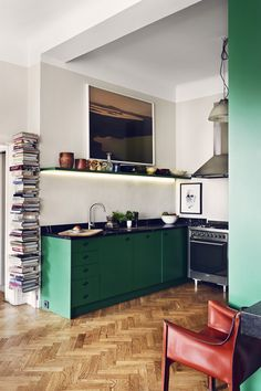L& d& cuisine verte qui reste pourtant sobre The example of a green kitchen that remains sober Green Kitchen Cabinets, Kitchen Dining, Kitchen Modern, Kitchen Decor, Kitchen Walls, Basement Kitchen, French Kitchen, Decorating Kitchen, Kitchen Counters