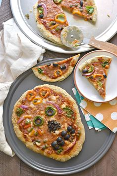 Day of the Dead Skull Pizzas--a complete allergen friendly Halloween meal idea! How To Make Dough, Food To Make, Halloween Pizza, Halloween Treats, Fall Treats, Halloween Skull, Halloween Party, Skull Pizza, Day Of The Dead Skull