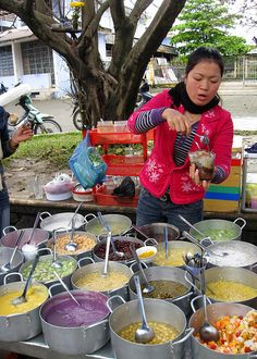 Vietnamese Sweet Soup/Pudding – Chè are often prepared with one of a number of varieties of beans, tubers, and/or glutinous rice, cooked in water and sweetened with sugar. World Street Food, Street Food Market, Best Street Food, Street Vendor, Laos, Vietnamese Recipes, Vietnamese Food, Vietnamese Dessert, Hoi An