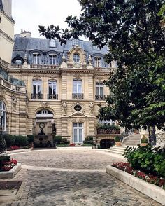 A Mansion House bording the Monceau Park by Amaury.