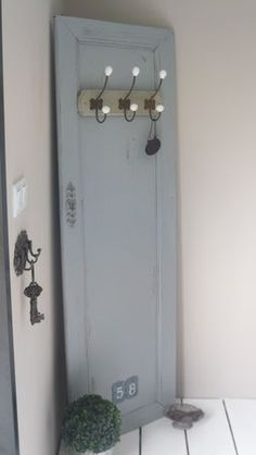 nice coat hanger, would look great in my guest bedroom/ prendre juste une porte pour ta chambre?
