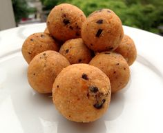 Low carb cookie dough protein balls with dark chocolate pieces