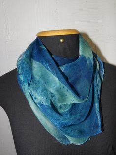 Lindo lenço de chiffon de seda pintado à mão, com a técnica aerofalten- estampa que lembra folhas de árvores, em tons azulados. Moderno e muito feminino, ideal para compor um visual contemporâneo. R$ 85,00