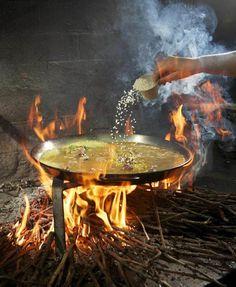 Paella con caracoles, típica de la comarca del Vinalopó en Alicante. Esta concretamente es de Pinoso. Cocinada con sarmientos.