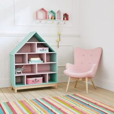 Inspiration idée déco chambre fille coin lecture chambre enfant étagère bibliotheque en forme de maison décoration couleur pastel fauteuil scandinave enfant rose