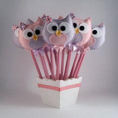 Lembrancinha para festa - corujas - ponteira de lápis. Owl Sewing Patterns, Bird Patterns, Felt Crafts, Diy And Crafts, Arts And Crafts, Felt Owls, Pencil Toppers, Diy Keychain, Felt Ornaments