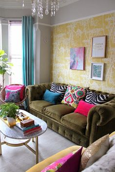 HOUSE TOUR - Kim Hughes. This chesterfield sofa. I wantz it.