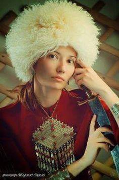 Türkmen kızı kalpağı ve kılıcıyla...