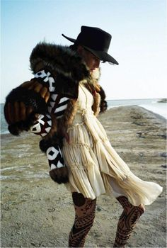 Isabeli Fontana by Cédric Buchet for Elle France August 2015 8 Bohemian Mode, Bohemian Style, Boho Chic, Hippie Chic, Gypsy Style, Boho Gypsy, Boho Fashion, Winter Fashion, Cowgirl Fashion