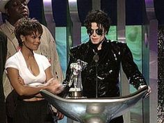 """What a lovely fam...Michael invites baby sister Janet to accept the Best Dance VMA for their video """"Scream"""" in 1995."""