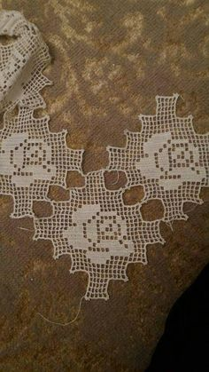 This Pin was discovered by HUZ Crochet Stars, Crochet Blocks, Crochet Borders, Love Crochet, Crochet Gifts, Crochet Motif, Crochet Designs, Crochet Doilies, Knit Crochet