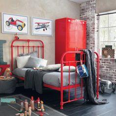 Wat een prachtige combinatie dat rood en grijs. De kamer oogt heel stoer door de combinatie van dat stalen bed met die kast. De details maken het af. Overal komt het rood en grijs weer terug, Deze kamer is ook leuk als je zoon dol is op de brandweer