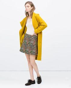 FALDA JACQUARD FLORES de Zara 30€ y ABRIGO amarillo con blutchers