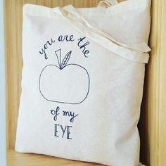 Canvas tasYou are the apple of my eyeVanaf 1 januari 2016 zijn gratis plastic tassen niet meer toegestaan. Het doel is om zwerfvuil op straat en in zee tegen te gaan en verspilling van grondstoffen te voorkomen.En wat is er dan fijner dan je eigen canvas tas waar je blij ...