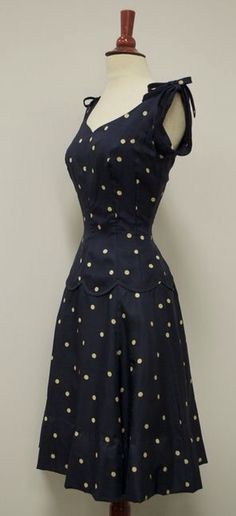 ~Navy Blue Polka Dot Sundress, c. [Check out the scalloped edge on the bo… ~Navy Blue Polka Dot Sundress, c. 1940s Fashion, Look Fashion, Vintage Fashion, Womens Fashion, Club Fashion, Classy Fashion, Edwardian Fashion, Trendy Fashion, Vestidos Vintage