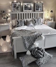 Glamorous Dreams! In diesem traumhaften Schlafzimmer in Grau und Silber sind luxuriöse Träume vorprogrammiert! Lichterketten, Kerzenschein und kuschelige Plaids und Kissen sorgen für ein absolutes Wohlfühlambiente. Da darf das trendige Kissen Knot natürlich nicht fehlen! // Schlafzimmer Bett Ideen Kissen Lichterkette Plaid ChunkyKnit #SchlafzimmerIdeen #GuteNacht @favourite81