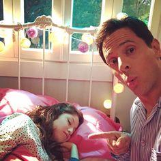 Karol Sevilla ( Luna ) y David Muri (miguel papá de Luna ) viéndola dormir