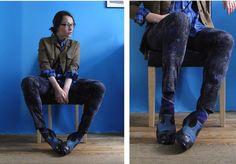 Вместо привычного подбора однотонных носков под цвет брюк или обуви можно «расширить кругозор» и, подняв голову повыше, попробовать подобрать носки либо к блузе/топу/рубашке, либо к жакету. А еще ведь есть аксессуары и верхняя одежда!