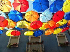 ポルトガルの空に、たくさんの傘が吊るされた。 - まとめのインテリア / デザイン雑貨とインテリアのまとめ。