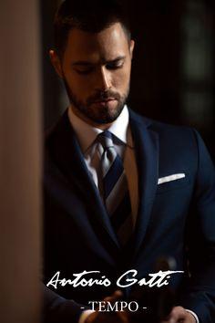 Costumul bleumarin  este o piesa clasica din garderoba oricarui barbat  care se respecta.  Materialul din care este realizat provine de la renumitul producator italian DRAGO  si este un amestec  subtil  de lana cu matase (80 % - 20 %).  Completati-va tinuta adaugandu-i o camasa alba, bleu, sau lila si una din cravatele dumneavoastra preferate.  Veti fi barbatul care va capta toata atentia celor din jur. Costumes, Elegant, Fit, Fictional Characters, Classy, Dress Up Clothes, Shape, Fancy Dress, Fantasy Characters
