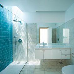 Se pulire la doccia per evitare il calcare e la formazione di muffa utilizzando rimedi naturali ti sembra impossibile, prova ad utilizzare l'aceto.