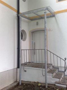 #Vordach aus #Glas und verzinktem #Stahl. Da es ersten Schutz bietet, ist ein Überdach einfach ein Muss für jeden Hauseingang. Wer möchte schon gern so lange im Regen ausharren bis der Schlüssel endlich greift und die Tür zum Betreten des Hauses freigibt.