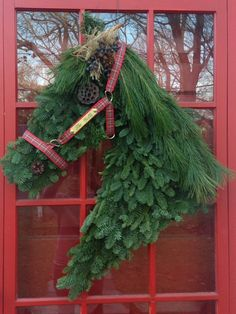 Holiday Wreath: How to make a horse head wreath! Christmas Horses, Cowboy Christmas, Outdoor Christmas, Christmas Crafts To Make, Christmas Mesh Wreaths, Christmas Fun, Western Wreaths, Horse Head Wreath, Arte Floral