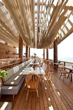 Ik weet niet wat t met de akoestiek doet, maar t lijkt op bladzijdes, dat is wel mooi voor Happy Stories • Bar bouni, beach restaurant_ Costa Navarino, Greece | K Studio