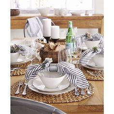 Marin White 16-Piece Dinnerware Set    Crate and Barrel  테두리에 다른 색의 유약이 덧칠 되어있으나 깨끗한 아름다움에 방해가 되며 그릇이 세팅했을 때 그다지 아름답지 않다 서구인이 만든 도자기의 어색한 모양새 그러나 스트라이프의 클로쓰가 테이블을 여유롭고 생기있게 보이게 한다.