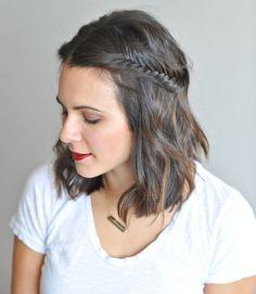 une coiffure avec tresse en épi de blé sur le côté du carré ondulé, idées de coiffures pour cheveux courts en carré