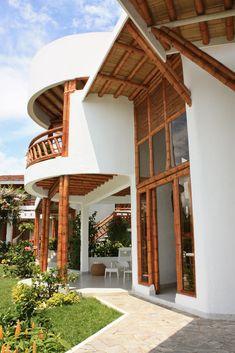 Guadua construcción - bamboo construction Bamboo Architecture, Sustainable Architecture, Architecture Details, House Construction Plan, Bamboo Construction, Bungalow, Bamboo House Design, Bamboo Building, African House