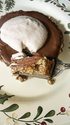 Chocolate Coconut Mousse Tart ~ This no bake and no cook tart recipe made with coconut cream and coconut oil is a dreamy chocolate dessert that's dairy free, gluten free, wheat free and grain free and can be whipped up with minimal effort. Raw Dessert Recipes, Coconut Desserts, Raw Desserts, Coconut Recipes, Tart Recipes, Desert Recipes, Dairy Free Recipes, Paleo Recipes, Coconut Mousse