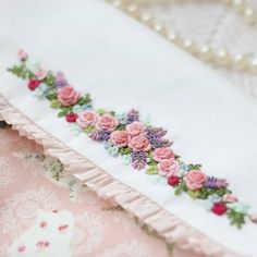 Floral Embroidery Patterns, Hand Embroidery Flowers, Embroidery Stitches Tutorial, Hand Work Embroidery, Embroidery On Clothes, Silk Ribbon Embroidery, Hand Embroidery Designs, Beaded Embroidery, Bordado Floral