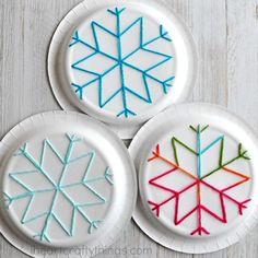 Paper Plate Snowflake Yarn Art   I Heart Crafty Things, #craft, children, elementary school, X-mas, #knutselen, kinderen, basisschool, Kerstmis, sneeuwvlok borduren op papieren bord