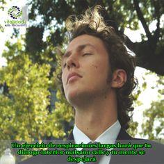 Cuando se cree un dialogo negativo contra ti mismo, concéntrate en tu respiración. Debes estar en un lugar tranquilo, tomar aire y retenerlo para luego expulsarlo lentamente. Enfócate en la forma en como tu pecho se mueve en cada respiración. Mientras más largas sean las respiraciones, tu mente se irá despejando y se inundará de paz. #VitalidadMental