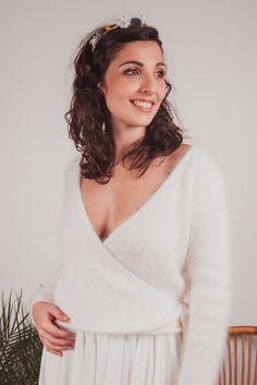 Ensemble de mariée d'hiver avec une jupe plissée et un cache-coeur en laine angora. Le tricot qui vous tient au chaud pour votre mariage. Créatrice de robe de mariée sur mesure à lyon Pull pour mariage réalisé à la commande