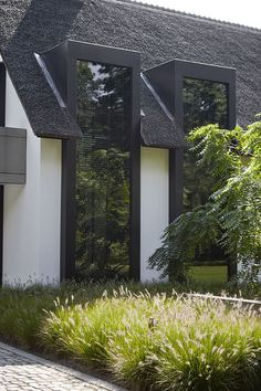 Inspiring interior design with items from the RIBBON Collection: Oisterwijk villa Building Exterior, Building A House, House Extension Design, Bungalow Renovation, Thatched House, Backyard Garden Design, Villa Design, House Extensions, Home Design Plans