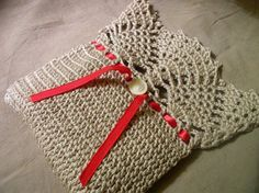 Crochet this simple pineapple top bag --use as a drawstring bag or a folded-top purse. Free pattern from Crochetology.