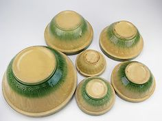 Yellow ware with green on the bottom. Old Pottery, Mccoy Pottery, Vintage Pottery, Vintage Bowls, Vintage Kitchenware, Antique Stoneware, Mixing Bowls, Pottery Making, Green Kitchen