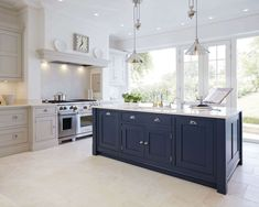 Howdens Navy kitchen - Inspiring Kitchen Trends for 2018... #HowdensNavy #kitchen Bespoke Kitchens, Luxury Kitchens, Home Kitchens, Kitchen Living, New Kitchen, Kitchen Grey, Kitchen Paint, Kitchen Units, Kitchen With Range Cooker
