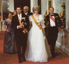 El broche de zafiro con dos hileras de diamantes que luce la Princesa de Gales, fue un regalo de bodas de su suegra.