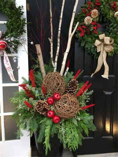 55 Cheap DIY Outdoor Christmas Decor Ideas to Complete Your Home Decoration Best Outdoor Christmas Decorations, Christmas Urns, Christmas Front Doors, Christmas Greenery, Christmas Arrangements, Christmas Centerpieces, Xmas Decorations, Christmas Holidays, Christmas Wreaths