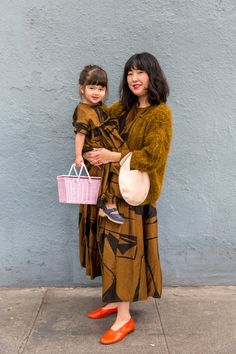 We captured the best Echo Park Craft Fair street style on mamas and kids. New Fashion, Autumn Fashion, Junior Outfits, Junior Clothes, First Daughter, Vintage Pants, Twin Girls, Casual Street Style, Craft Fairs