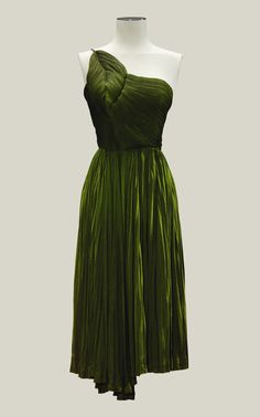 Retro Fashion GRES, circa 1960 A khaki green pleated jersey asymmetrical dress with pleated leaf pattern - Madame Gres, 1960s Fashion, Vintage Fashion, Vintage Couture, Mode Inspiration, Fashion Inspiration, Asymmetrical Dress, Fashion History, Dream Dress