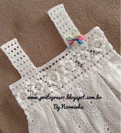Uma PALINHA com pequenos squares, compõe o modelito… Um detalhe em Cro… A PALINHA with small squares, makes up the outfit … A detail in crochet, makes all the difference! Crochet Yoke, Crochet Fabric, Crochet Girls, Crochet Baby Clothes, Filet Crochet, Crochet For Kids, Crochet Stitches, Baby Knitting Patterns, Sewing Patterns